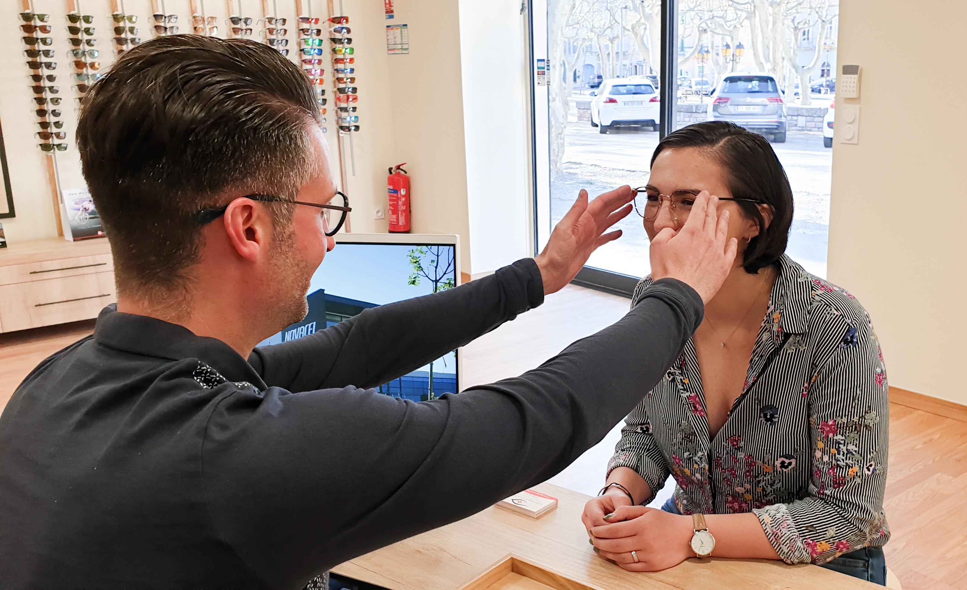photo représentant un opticien avec sa cliente
