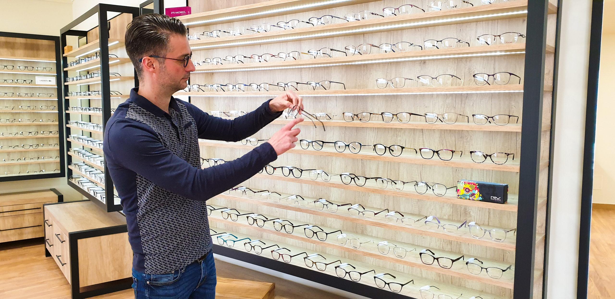photo d'un opticien choisissant une lunette chez l'optique occitane